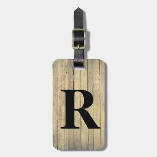 La madera rústica inspiró el modelo con inicial etiquetas para maletas