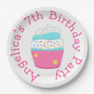 La magdalena y asperja a la fiesta de cumpleaños plato de papel