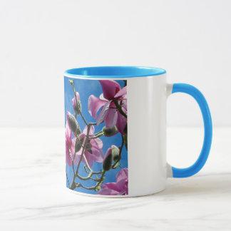 La magnolia rosada florece taza de café