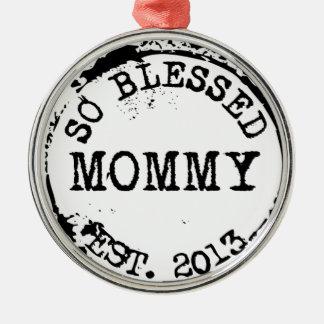 La mamá estableció 2013 adorno navideño redondo de metal
