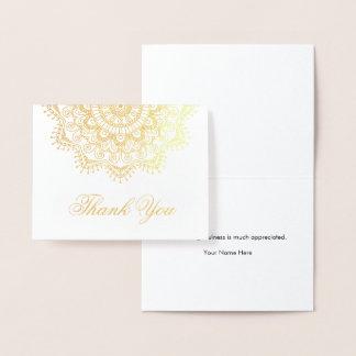 La mandala del efecto metalizado de oro elegante tarjeta con relieve metalizado