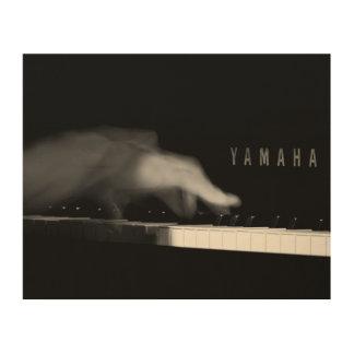 La mano del pianista en el piano de Yamaha Impresión En Madera