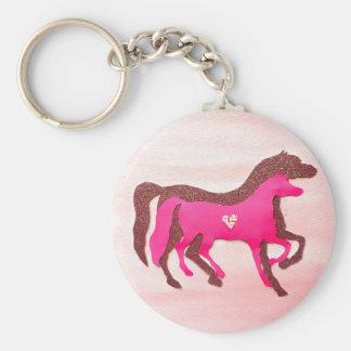 La mano diseñó llavero rosado del caballo