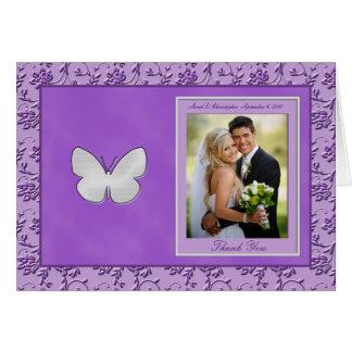 La mariposa de plata en la foto púrpura le tarjeta de felicitación