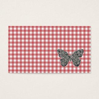 La mariposa elegante en la guinga roja felicita tarjeta de negocios
