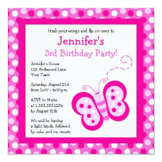 La mariposa rosada linda con cumpleaños de los invitación 13,3 cm x 13,3cm