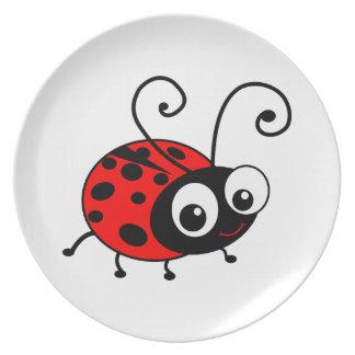 La mariquita linda embroma la placa - blanco plato de comida