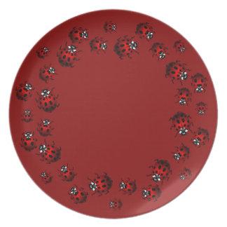 La mariquita platea el regalo del arte del insecto platos de comidas