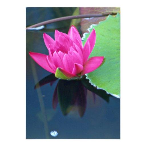 La mitad hermosa floreció lirio de agua roja invitacion personalizada