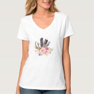 La moda tribal de Boho empluma la camiseta de las