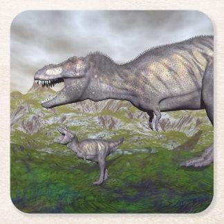 La momia y el bebé 3D del dinosaurio del rex del Posavasos Cuadrado De Papel