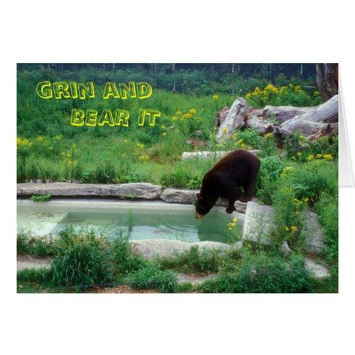 La mueca del oso negro y lo lleva felicitaciones