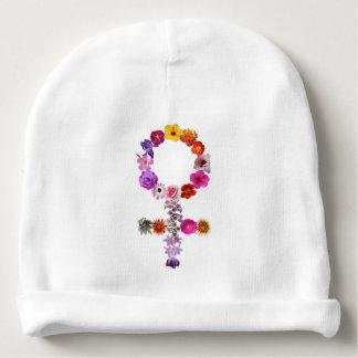 La muestra femenina del gorra del bebé hizo las gorrito para bebe
