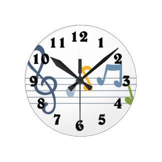 La música colorida del dibujo animado observa el reloj redondo mediano