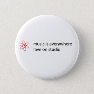 la música está por todas partes delirio en el chapa redonda de 5 cm