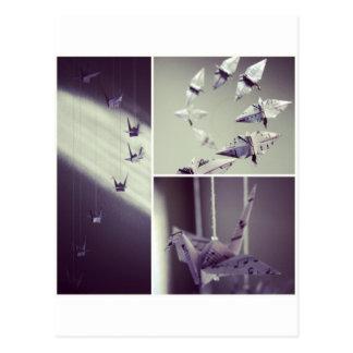 La música observa el móvil de la grúa de Origami Postal
