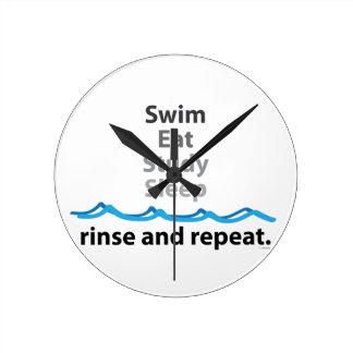 La nadada come sueño del estudio reloj redondo mediano