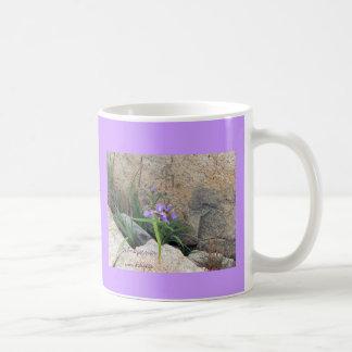 """La """"naturaleza persiste; el hombre encanta la"""" taza básica blanca"""