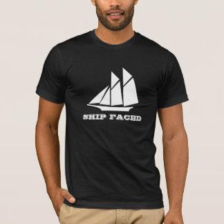 La nave hizo frente a cruzar del barco de camiseta