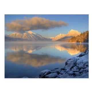 La niebla sube del lago McDonald en un muy frío Postal