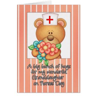 La nieta cuida la tarjeta del día con la enfermera