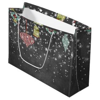 La nieve forma escamas en los ornamentos del bolsa de regalo grande