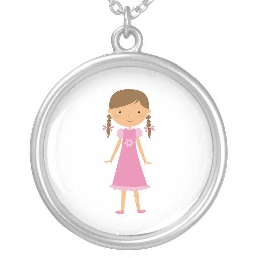 La niña en Brown trenza el collar