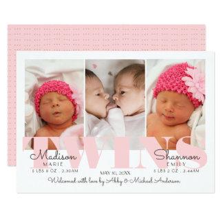 La niña hermana bonito en la invitación rosada del