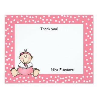 La niña le agradece observar el vestido rosado del invitaciones personalizada