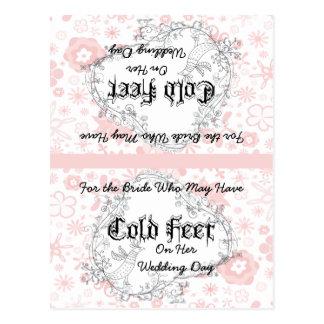 La novia pega la postal fría del pájaro del