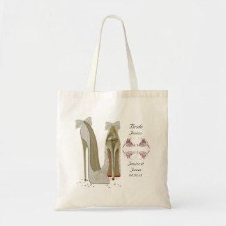 La novia personaliza el bolso del regalo del tote