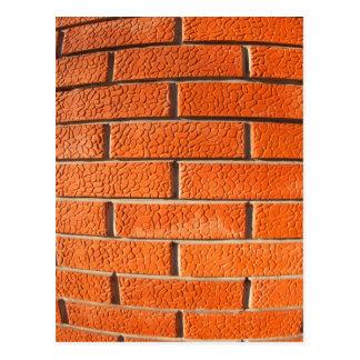 La nueva pared de ladrillos rojos decorativos se postal