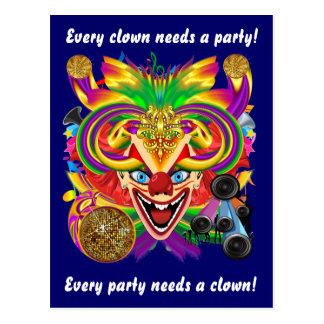 La opinión del payaso del carnaval observa por postales