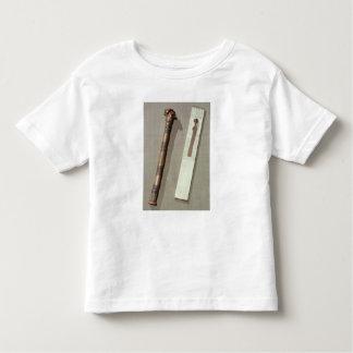 La paleta y una caja del escribano para escribir camiseta de niño