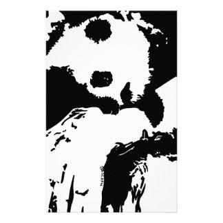 La panda del bebé abraza un árbol papelería