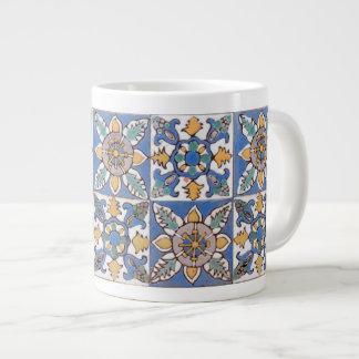 La pared vieja de la mayólica teja el modelo taza de café grande