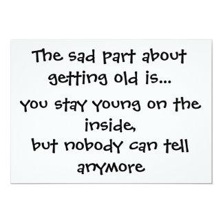 La parte triste sobre conseguir vieja es. - invitación 12,7 x 17,8 cm