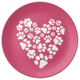 La pata del perro imprime el corazón de la tarjeta plato de cerámica