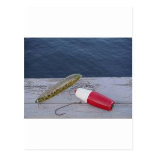la pesca engaña en el azul blanco rojo del lago… postal