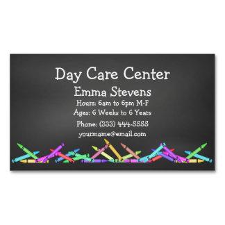 La pizarra del cuidado de niños dibuja con creyón tarjeta de visita magnética