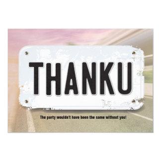 La placa del chica le agradece las tarjetas