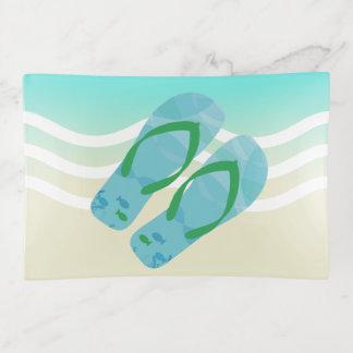La playa azul del verano agita flips-flopes