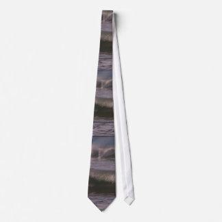 La playa del océano de la persona que practica corbata personalizada
