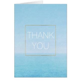 La playa del océano del cielo azul le agradece tarjeta pequeña