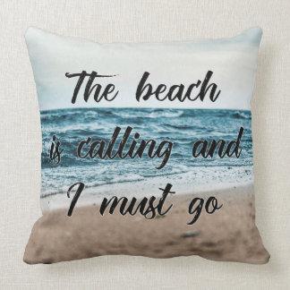 La playa está llamando y debo ir cojín decorativo