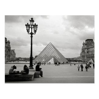 La postal de cristal de la pirámide del Louvre
