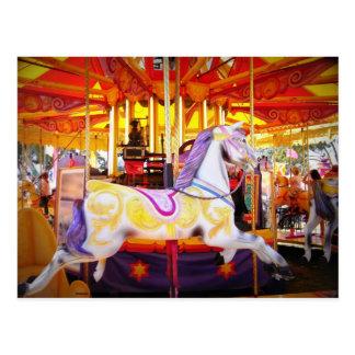 La postal del caballo del carrusel, fiesta invita,