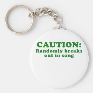 La precaución explota aleatoriamente en la canción llavero