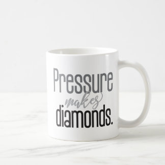 """La """"presión hace tipografía de los diamantes"""" de taza de café"""