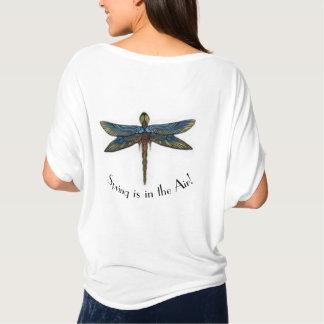 La primavera está en la camiseta de la libélula